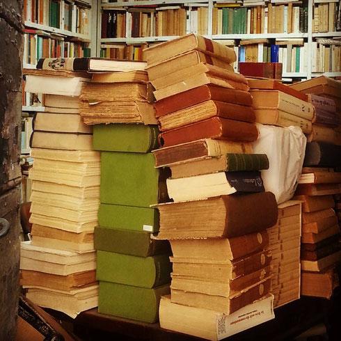 Già scelti i libri da leggere a settembre? Perché non fare un salto alla libreria Cesaretti di via del Pie' di Marmo? Spulciare nelle scatole delle offerte è un autentico piacere!