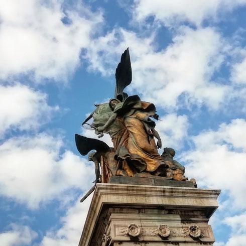 Chissà se oggi pioverà? Sembrano chiedersi le sculture del Vittoriano scrutando il cielo di questo primo lunedì di marzo...io nel dubbio ho l'ombrello nello zaino