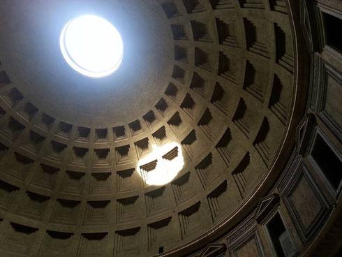 Ma se passassimo tutto il giorno al Pantheon, ad osservare il sole che gioca col soffitto?