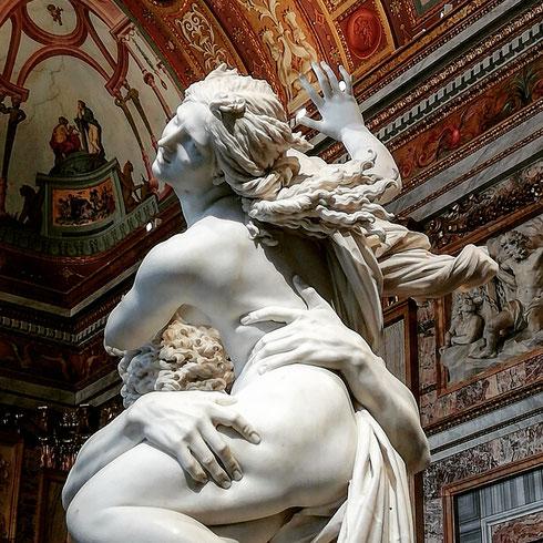 Questa volta Scipione Borghese fu davvero generoso: il ratto di Proserpina di Bernini lo aveva donato al cardinale Ludovico Luvodisi, nipote dell'allora papa regnante Gregorio XV. Fu solo nel 1908 che il gruppo, acquistato dallo Stato, tornò a villa Borghese, e non ci fu mai ritorno a casa più azzeccato di questo