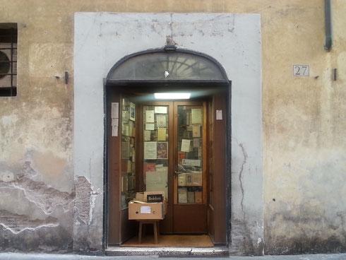 Vi piacciono quelle librerie in cui entrando si è letteralmente sommersi dai libri, accatastati ovunque? Con un po' di pazienza, scavando per bene, si trova di tutto...come da Cesaretti in via del Pie' di Marmo