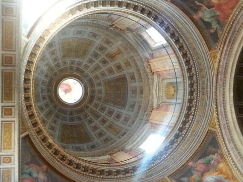 La bella cupola della chiesa della santissima Trinità dei Pellegrini...l'immagine di Dio, in alto sul lanternino, è attribuita a Guido Reni