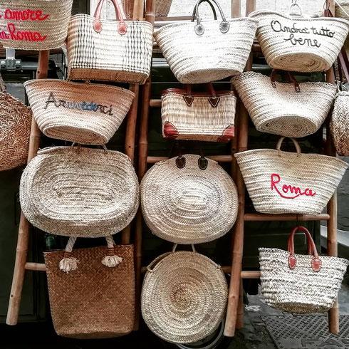 L'estate vuol dire solo un cosa: borsa e cappello di paglia. Che a Roma sono sinonimo di un negozietto a via del Pellegrino, zeppo di cesti, cestini, secchielli, borse (perfette per il mare, ma anche da mettere in bella mostra in casa) cappelli e tutto quello che si può desiderare
