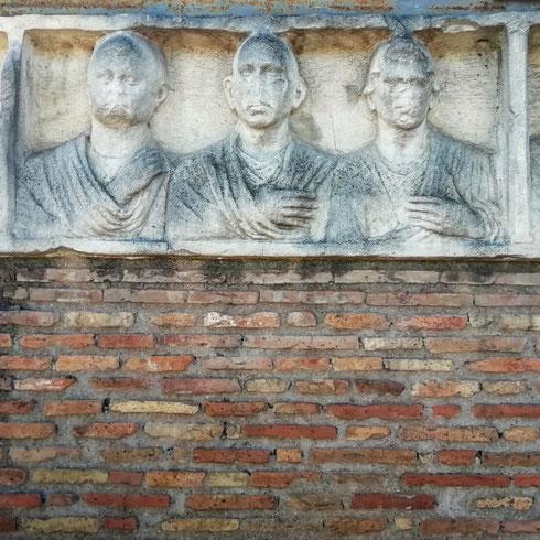 Congiunti alla finestra su via Appia Antica