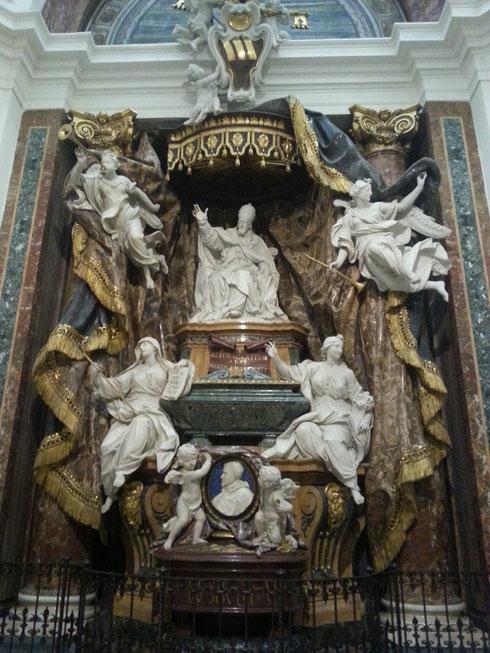 Una volta dentro sant'Ignazio bisogna andarselo a cercare, ma una volta trovato, il monumento funeraria di Gregorio XV Ludovisi e di suo nipote Ludovico lascia a bocca aperta per la ricchezza dei dettagli e la leggerezza del marmo.