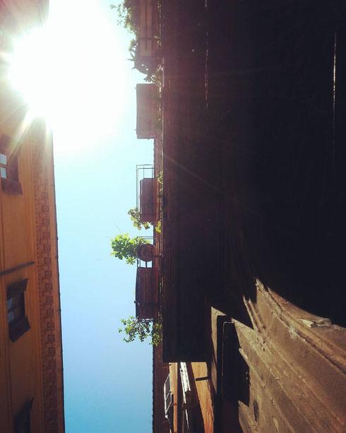 Tempo di primavera, tempo di curare il proprio balcone...eccone uno dall'esposizione invidiabile, al sole di via del Gesù