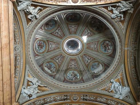 Naso all'aria nella basilica dei santi Apostoli