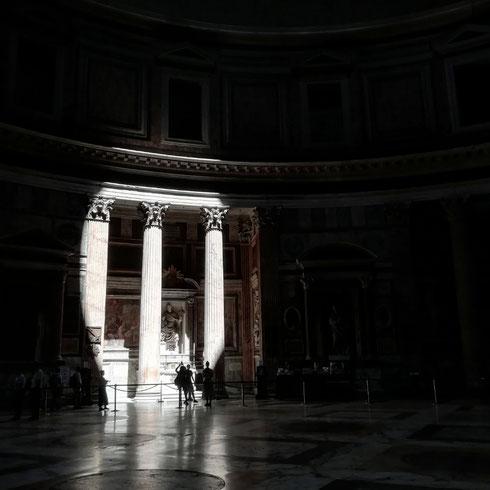 L'interno del Pantheon è come un teatro dove ognuno è illuminato da un occhio di bue