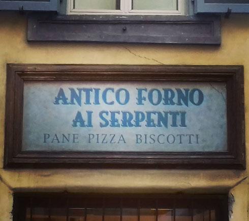 Pane o pizza? L'antico forno ai Serpenti sembra suggerire l'esistenza di una gustosissima terza via...