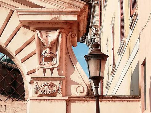 Parte integrante dei musei Capitolini, palazzo Caffarelli nasce come dimora dell'omonima famiglia che nel '500 riceve in dono un terreno sul Campidoglio. Il portale su via delle Tre Pile è ancora quello originario, con tanto di mascheroni minacciosi
