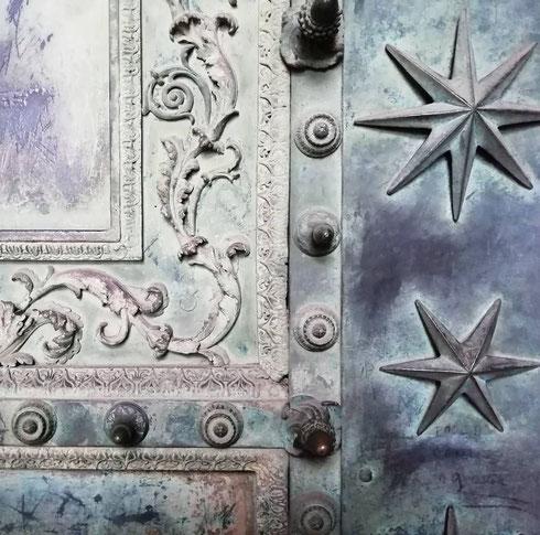 Tranne qualche aggiunta, la porta di bronzo di san Giovanni in Laterano è ancora quella dell'antica curia Iulia del foro Romano. Secondo un'antica tradizione, se una donna incinta tocca le piccole pigne che la decorano, nascerà un maschietto