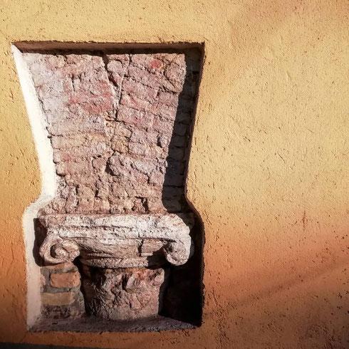 All'inizio di via Flaminia, questo capitello ionico è saltato fuori nel corso di alcuni lavori. Di epoca romana, fu riutilizzato nel medioevo per sorreggere il portico di un'abitazione privata. Un ottimo esempio di riciclo