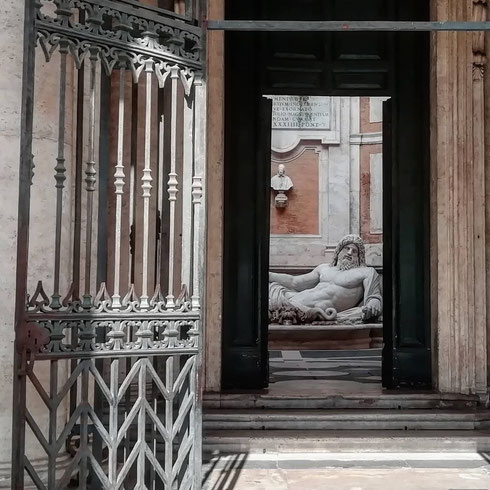 Chissà che farà da oggi il Marforio chiuso dentro ai musei Capitolini...forse oggi le statue parlanti possono continuare a comunicare tra loro via whatsapp? E che si diranno lui e Pasquino?