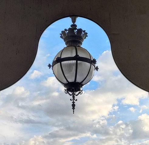 Dai portici di piazza della Repubblica il cielo di ottobre diventa una specie di spettacolo