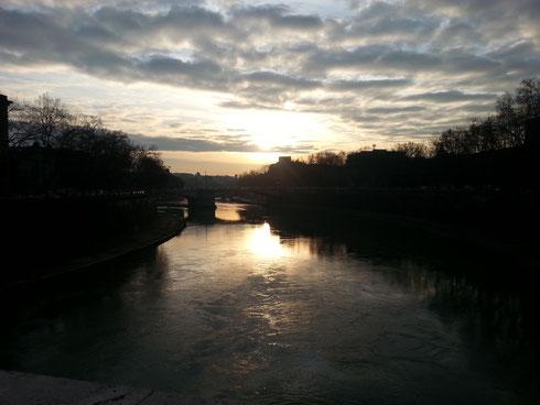 Eh sì, la foto è di qualche giorno fa e non corrisponde al tempo odierno...ma guardate che meraviglia il Tevere da ponte Sisto...buona giornata