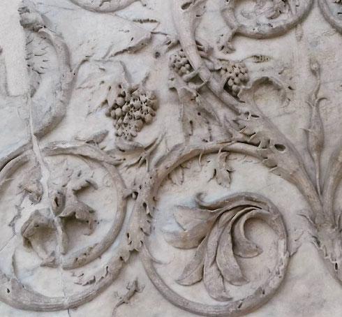 Questa settimana la passiamo all'Ara Pacis...ecco un dettaglio dei pannello esterno col fregio a girali...immaginate per un attimo come doveva essere in origine, coloratissimo come tutto il l'altare, voluto da Augusto nel 13 a.C.