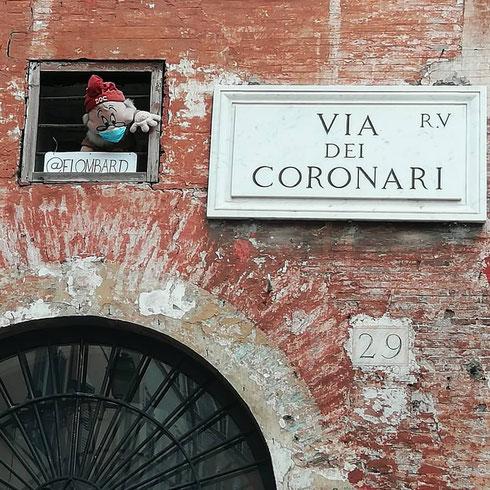 Affacciato ad una finestrella di via dei Coronari, il nano Dotto ci osserva...o sarà Brontolo?