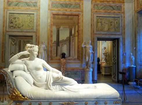 Avete presenti quei giorni in cui proprio non vi alzereste dal divano? Sì, proprio come Paolina Borghese...(solo forse un po' più coperta)