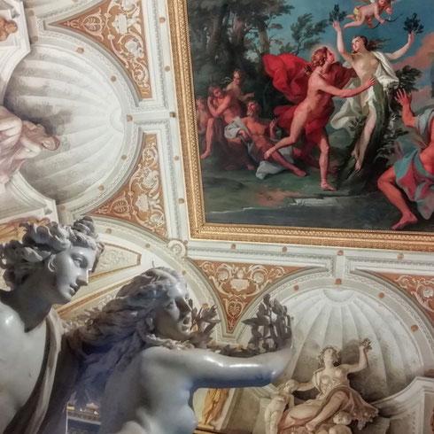 Apollo e Dafne + Apollo e Dafne alla galleria Borghese. La sala dove si trova il capolavoro di Bernini è decorata sul soffitto da un'opera settecentesca di Pietro Angeletti, che scelse lo stesso soggetto