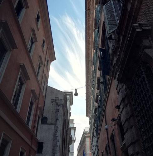 Stamattina qualcuno si è divertito a pennellare di nuvole il cielo tra il Senato e san Luigi dei Francesi