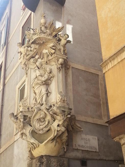 Passeggiare in Campo de' Fiori, tra via dei Cappellari e via del Pellegrino, regala scorci inaspettati, come la settecentesca - fastosa- madonella con l'immagine di san Filippo Neri