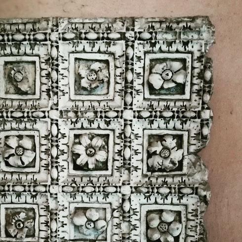 Il chiostro di san Giovanni in Laterano è oggi un ricchissimo palinsesto di frammenti scultorei arrivati direttamente dalla basilica medievale e rinascimentale, come questo bellissimo frammento di soffitto decorato da delicate rosette