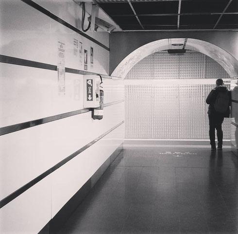 In attesa sulla banchina della metro a Termini