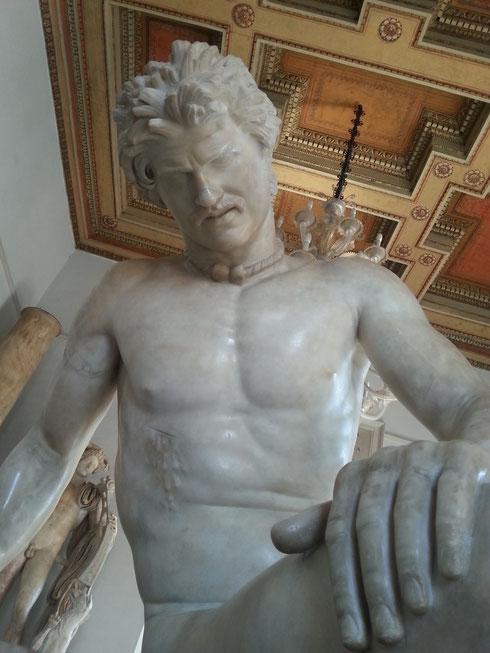 Vanto dei musei Capitolini, il Galata morente è copia di un originale greco in bronzo che doveva far parte del donario di Attalo a Pergamo. A fargli compagnia, il Galata suicida, copia romana anche lui, ora a palazzo Altemps