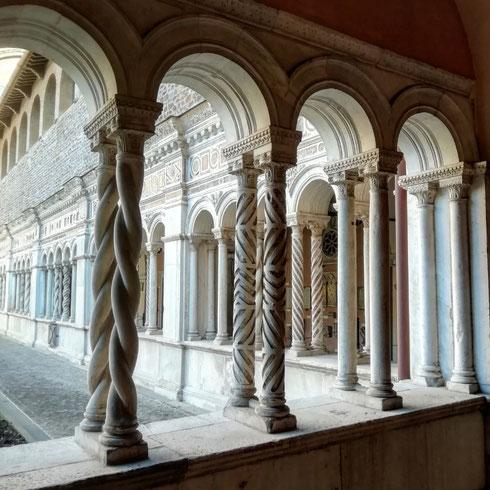 Il chiostro di San Giovanni in Laterano, opera dei Vassalletto dell'inizio del Duecento, è una vera oasi di pace in mezzo al traffico della città. Centoventicinque arcate sorrette da colonne di ogni tipologia, e capitelli che ci si perderebbe una giornata intera a guardarli tutti