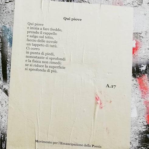 Il Movimento per l'Emancipazione della Poesia lascia sui muri della città poesie per ogni occasione, anche per una giornata piovosa come quella di oggi
