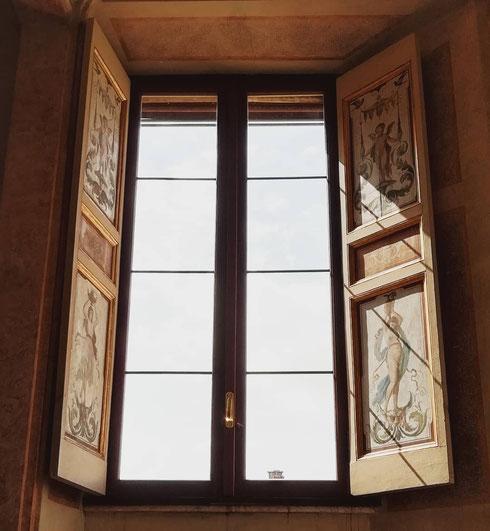 Grandi finestre piene di luce a villa Farnesina
