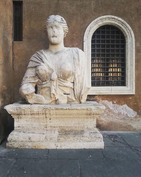 A Roma anche le statua parlano, ma solo quando nessuno se ne accorge. Ecco perché madama Lucrezia sembra sempre silenziosa...