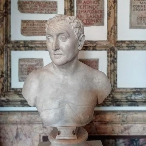 Chissà che se ne fanno, tutto il giorno da sole, le sculture dei musei Capitolini?   Sentiranno la mancanza delle scolaresche, delle guide che accompagnano gruppi sfiniti dalle chiacchiere, di quelli che guardano tutto, ma proprio tutto?