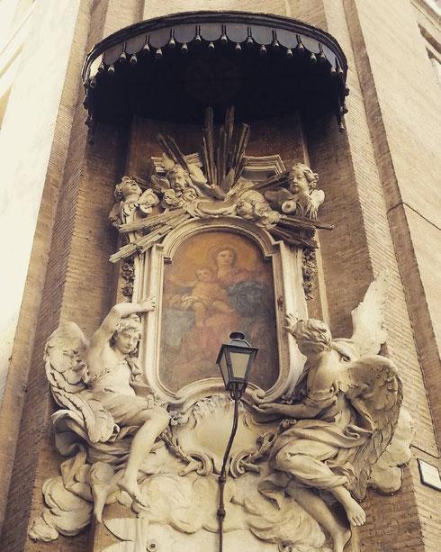 Chiamarla madonella mi sembra riduttivo...tra piazza dell'Orologio e via del Governo Vecchio, l'edicola sacra seicentesca è attribuita ad un seguace del Borromini