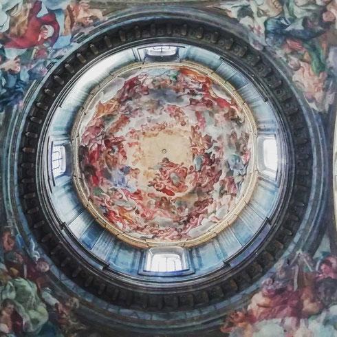 Volevo fare una foto che fosse decente agli angeli di Bernini, ma non è venuta un granché. Ho allora ripiegato sulla cupola di sant'Andrea delle Fratte, affrescata nel Seicento da Pasquale Marini. Che non è poi tanto male