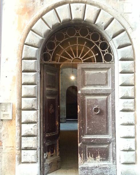 La cosa che amo di più è sbirciare nei portoni aperti...basta un'anta socchiusa per rivelare geometrie degne di Piero della Francesca