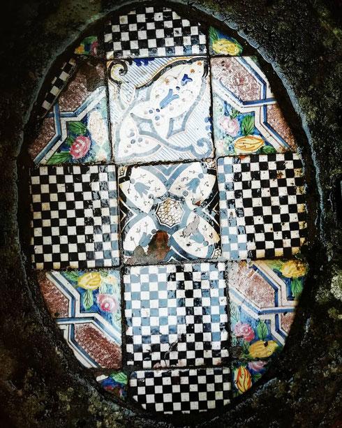 Anche le maioliche che chiudono il pozzo del chiostro di San Carlino sono deliziose, non trovate anche voi?