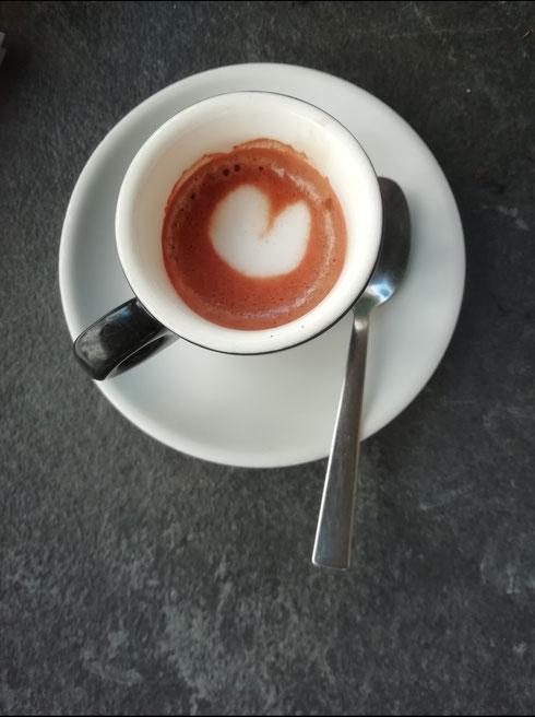 Tema: lunedì  Svolgimento: ho messo la caffettiera sul fuoco ma avevo dimenticato l'acqua. Dopo aver atteso un tempo indefinito, chiedendomi perché il caffè ci mettesse così tanto a uscire, ho avuto l'illuminazione.  Certo, l'aroma di caffè bruciato che ha intriso l'aria doveva quantomeno insospettirmi  Fortuna che c'è il bar
