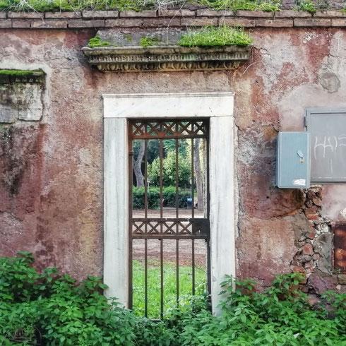La piccola porta del parco degli Scipioni sembra presa dal giardino segreto di Frances Hodgson Burnett. Vabbè, forse lì mancava il contatore però...