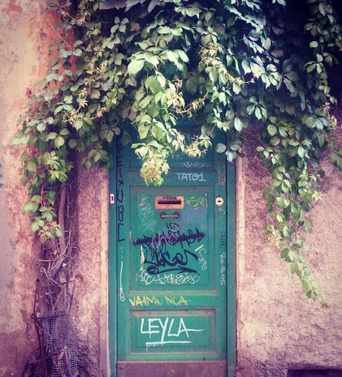 L'irresistibile fascino delle porte malmesse...questa è in via dei Ciancaleoni, stradina fuori dal tempo a qualche passo dalla metro Cavour