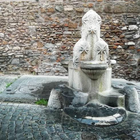 A pochi passi da santa Maria Maggiore, accanto alla chiesetta dei santi Vito e Modesto e all'arco di Gallieno, la fontanella dei Monti getta l'acqua tranquilla.   Costruita nel 1927 da Pietro Lombardi, è una delle fontane volute dal Comune come simbolo di alcuni dei rioni della città.