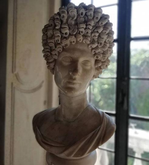 Quando vi svegliate con i capelli ingestibili, pensate a lei... Il busto Fonseca, datato al II secolo d.C. è uno dei ritratti che preferisco nei musei Capitolini: bellissima lei, assurda, ma portata con gran disinvoltura, l'acconciatura piena di riccioli