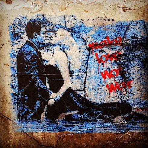 Dalla fontana di Trevi a via in Publicolis il passo è più breve di quanto si pensi, ed ecco come la Dolce vita finisce su un muro diventando messaggio d'amore