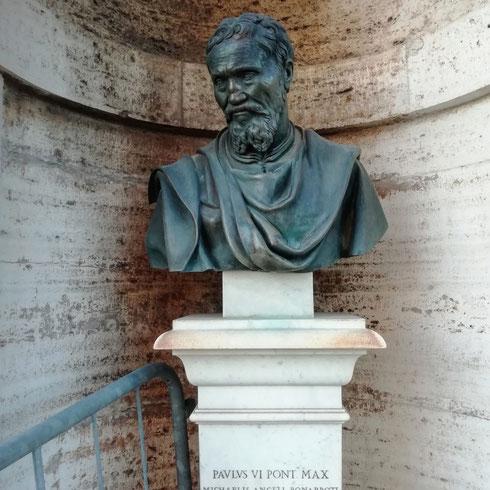 Subito sotto la cupola di san Pietro, nel posto che lo celebra come l'architetto che seppe dare un tetto alla basilica, il busto di Michelangelo guarda perplesso la transenna che gli hanno messo accanto...avesse avuto le braccia, sono certa l'avrebbe spostata un po' più in là