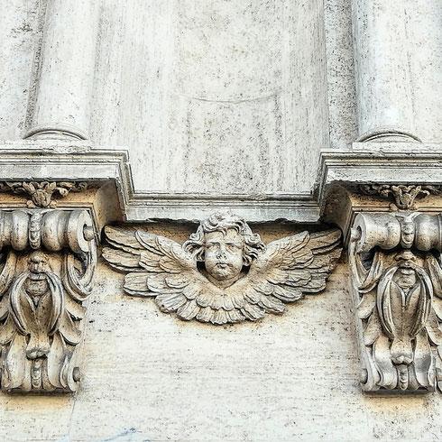 Un cherubino dalle guance paffute e due misteriosi tizi baffuti (riuscite a vederli?) si dividono lo spazio sulla facciata di San Francesco di Paola, costruita da Orazio Torriani tra il 1624 e il 1630