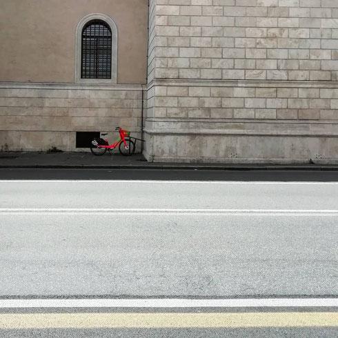 La bici aspetta su Corso Vittorio Emanuele qualcuno che la porti a fare un giro