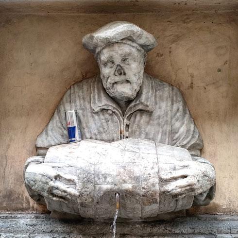 La tradizione vuole che la fontana del facchino di via Lata, una delle statue parlanti della città, ritragga Abbondio Rizio, acquaiolo romano dedito - secondo i pettegolezzi - più al vino che all'acqua  Qui però evidentemente Abbondio ha deciso di preferire al vino qualcosa di diverso che...ti mette le aaaaaaliiiii