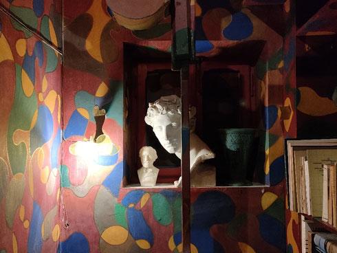 A casa Balla, lo studiolo rosso è un minuscolo ambiente completamente dipinto: più che uno studio era uno spazio di riflessione, talmente piccolo che non ci sarebbero entrati contemporaneamente il pittore (che pure non era un gigante) e la sua tela.  Quando si entra, nonostante manchi la porta (che normalmente c'è, ma è al momento esposta al Maxxi) ci si ritrova letteralmente immersi nel colore, tanto che non ci accorge nemmeno della finestra che guarda sul pianerottolo: come la siepe di Leopardi, qua è facile immaginare altri mondi, ed è dolce perdersi nei colori