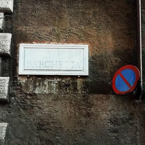 Ma...il divieto di sosta varrà anche per la barchetta che dà il nome alla strada accanto a via Giulia?