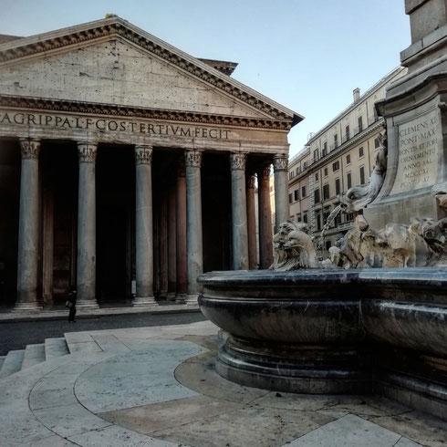 A parte il cielo azzurro, piazza del Pantheon oggi dev'essere più o meno così, solitaria e bellissima...la prossima volta che ci passerò, farò caso a quanto è straordinario vivere a Roma